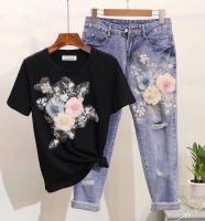 Костюм черная футболка и джинсы цветы DIM