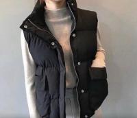Безрукавка с крупными карманами черная ZI
